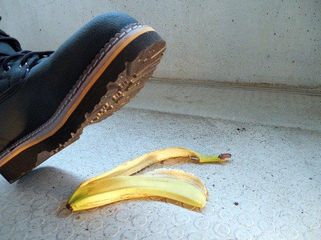 תאונת עבודה החלקה על בננה