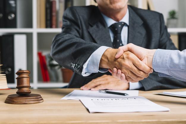 עורך דין ולקוח לוחצים ידיים