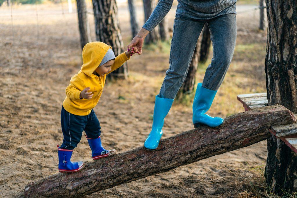 ילד ואבא משחקים על נדנדה