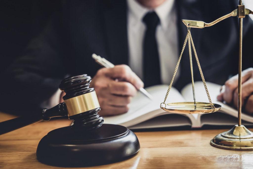 פטיש שופט ומאזני צדק