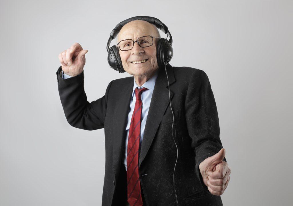 עורך דין מבוגר רוקד