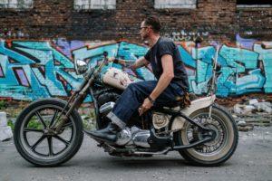 רוכב אופנוע ללא קסדה