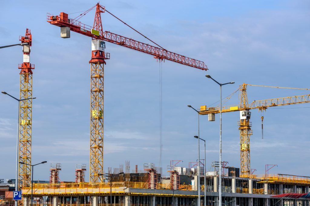 מנופים בונים מבנה חדש